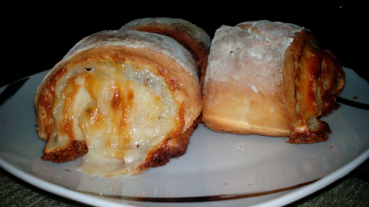 Pan rápido relleno de mantequilla, ajo y mozarela.