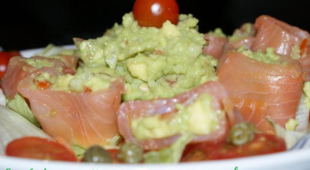 Ensalada con rollitos de salmón y guacamole.