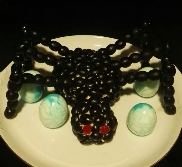Araña Halloween de aperitivo de queso con aceitunas negras y huevos sangrientos azules con Thermomix®