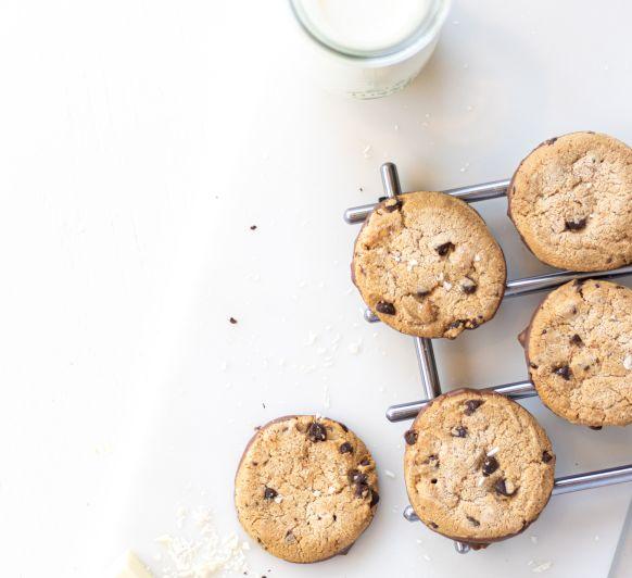 Como preparar cookies con caramelos, chocolate y escamas de sal.
