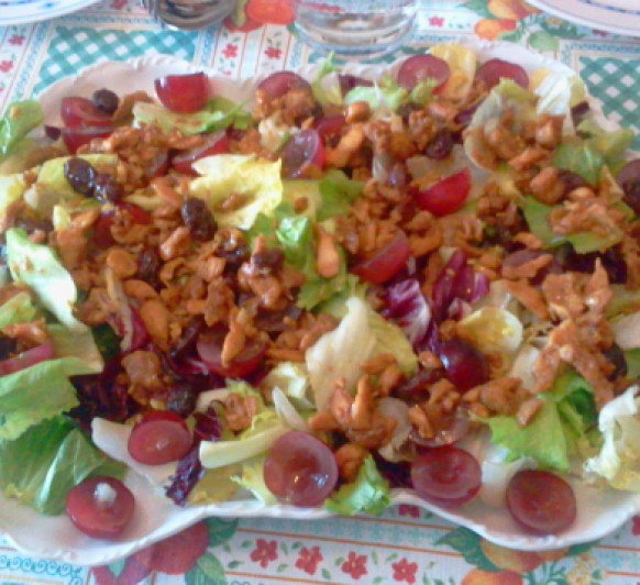 Ensalada templada con pollo, pasas y uvas
